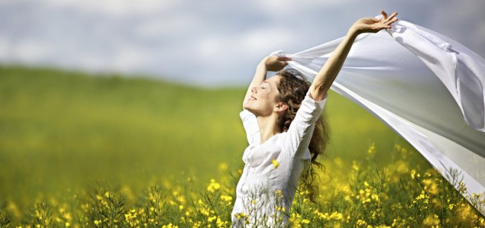 woman-yello-grass-happy-850x400