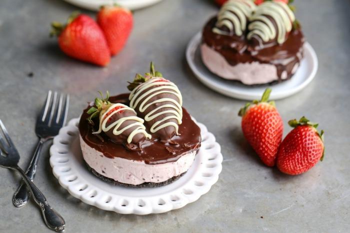 1454429243-mini-no-bake-chocolate-covered-strawberry-cheesecakes-3-1