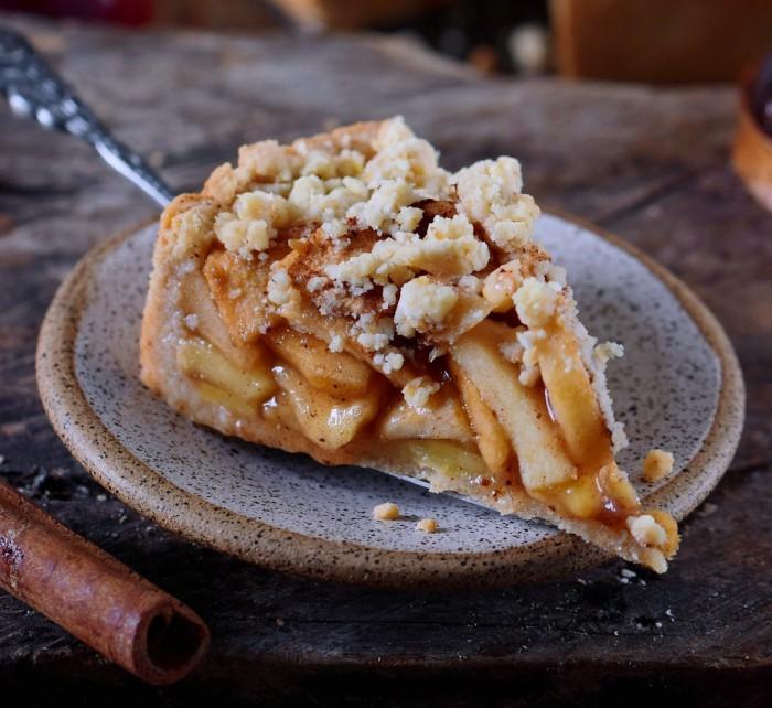 A-piece-of-vegan-apple-pie-with-streusel